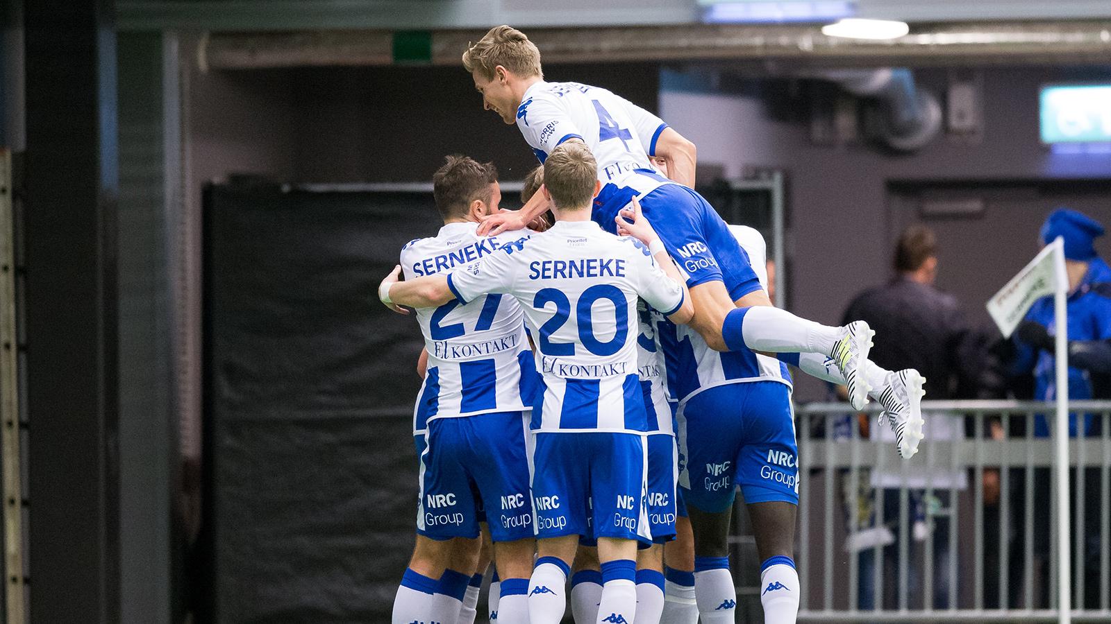 180127 IFK Göteborgs Sebastian Ohlsson jublar med lagkamrater efter att ha gjort 3-2 under en träningsmatch i fotboll mellan IFK Göteborg och Stabaek den 27 januari 2018 i Göteborg.