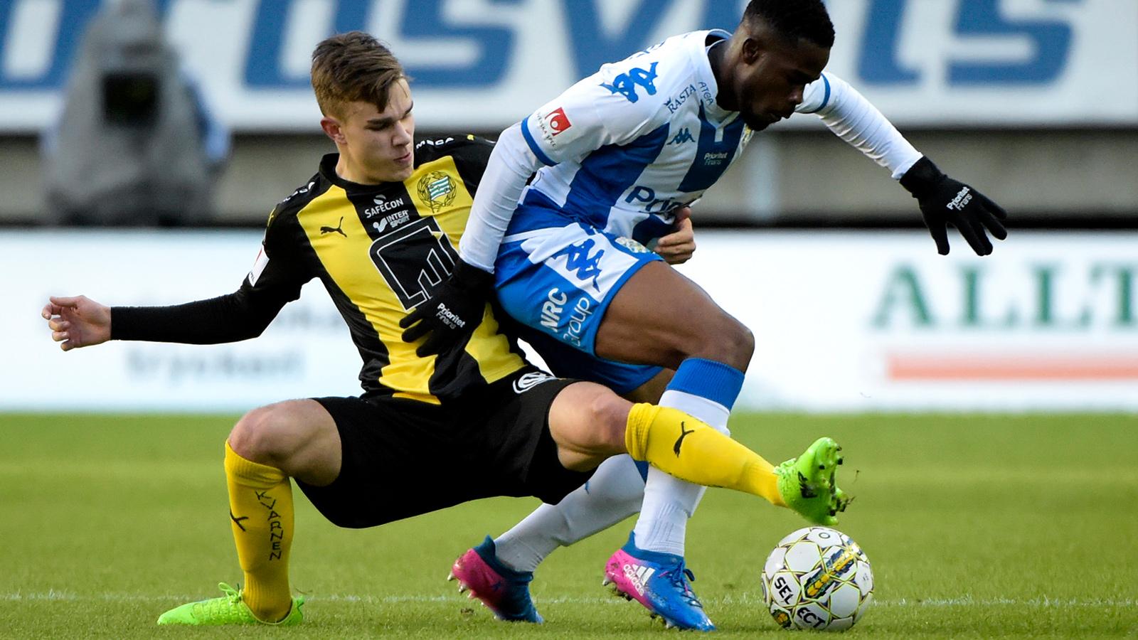 170426 IFK Göteborgs Abdul Razak och Hammarbys Dusan Jajic under fotbollsmatchen i allsvenskan mellan IFK Göteborg och Hammarby den 26 april 2017 i Göteborg.