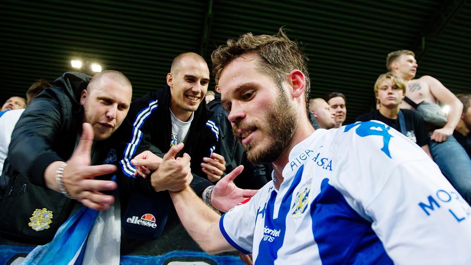 170814 IFK Göteborgs Emil Salomonsson jublar med supportrar efter fotbollsmatchen i Allsvenskan mellan Elfsborg och IFK Göteborg den 14 augusti 2017 i Borås.