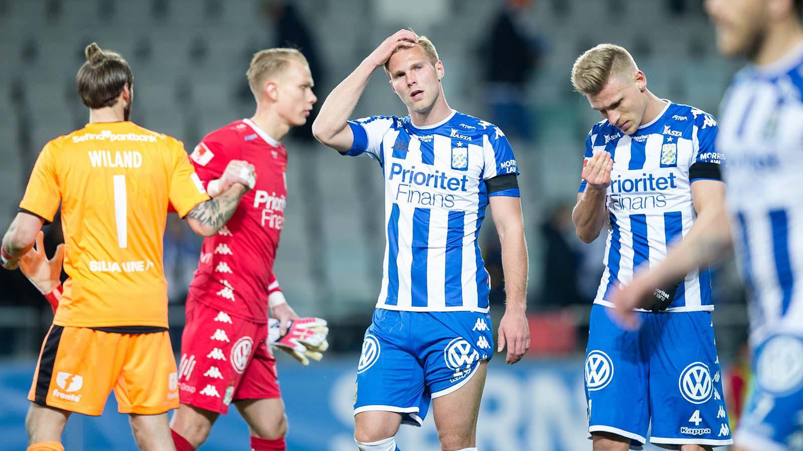 180410 IFK Göteborgs Gustav Engvall och Carl Starfelt deppar efter fotbollsmatchen i allsvenskan mellan IFK Göteborg och Hammarby den 10 april 2018 i Göteborg. Foto: Michael Erichsen / BILDBYRÅN / Cop 89