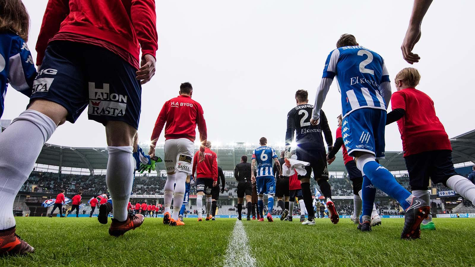 180324 Lagen på väg ut för line up innan en träningsmatch i fotboll mellan IFK Göteborg och Örgryte den 24 mars 2018 i Göteborg. Foto: Michael Erichsen / BILDBYRÅN / Cop 89