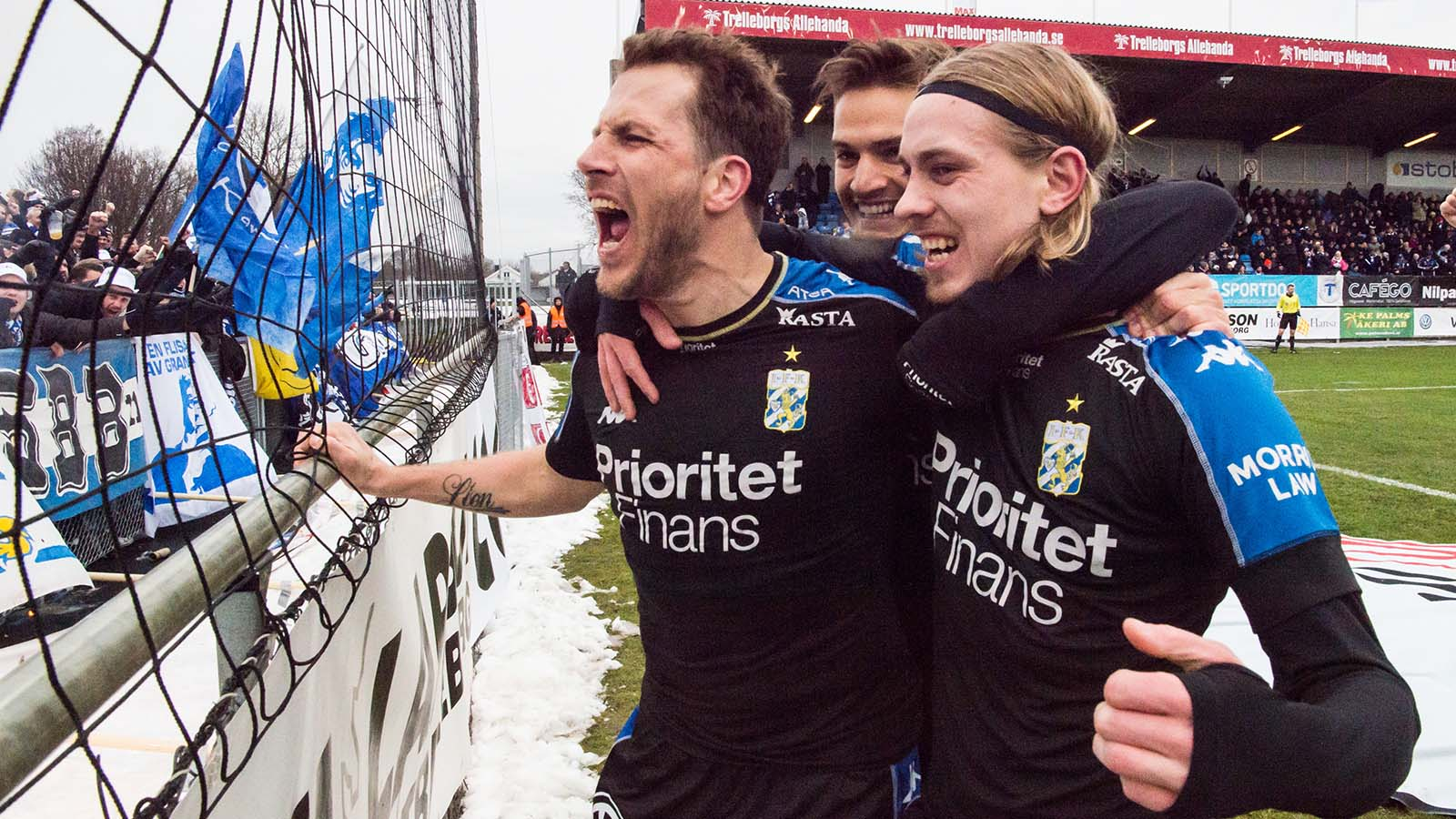 180401 IFK Göteborgs Elias Mar Omarsson jublar efter sitt 0-1 mål tillsammans med Tobias Hysén och Amin Affane under fotbollsmatchen i Allsvenskan mellan Trelleborg och IFK Göteborg den 1 april 2018 i Trelleborg. Foto: Petter Arvidson / BILDBYRÅN / kod PA / 92013