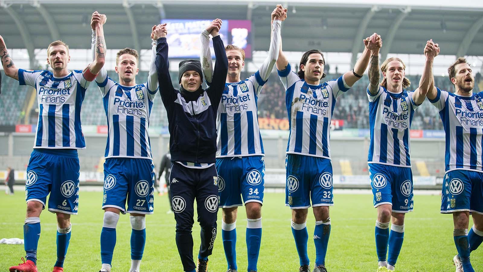 180324 IFK Göteborg tackar klacken efter en träningsmatch i fotboll mellan IFK Göteborg och Örgryte den 24 mars 2018 i Göteborg. Foto: Michael Erichsen / BILDBYRÅN / Cop 89