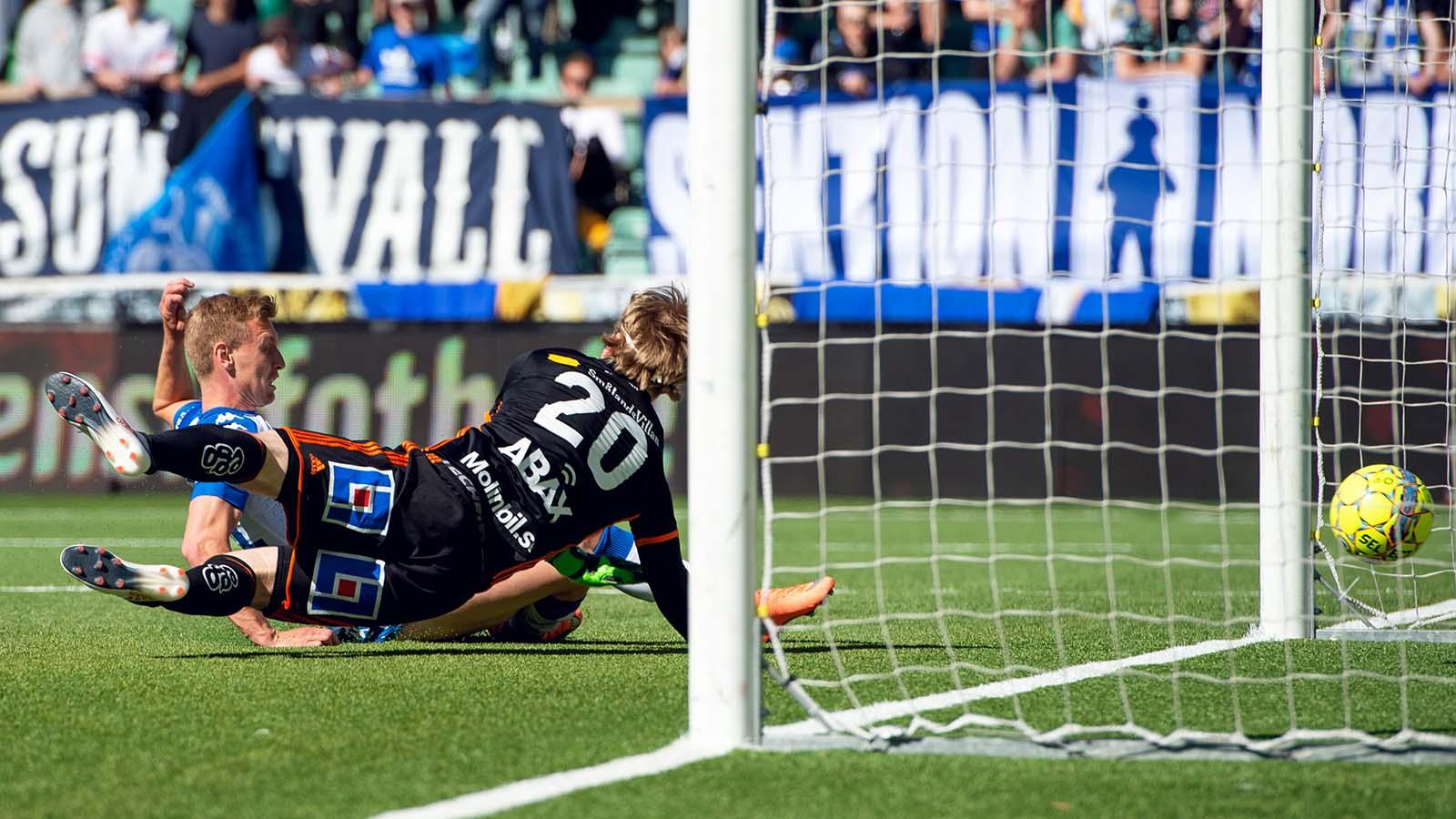 180527 IFK Göteborgs Sebastian Ohlsson slår in bollen bakom Sundsvalls målvakt William Eskelinen men målet döms bort under fotbollsmatchen i Allsvenskan mellan GIF Sundsvall och IFK Göteborg den 27 maj 2018 i Sundsvall. Foto: Nils Jakobsson / BILDBYRÅN / kod NJ / 74283