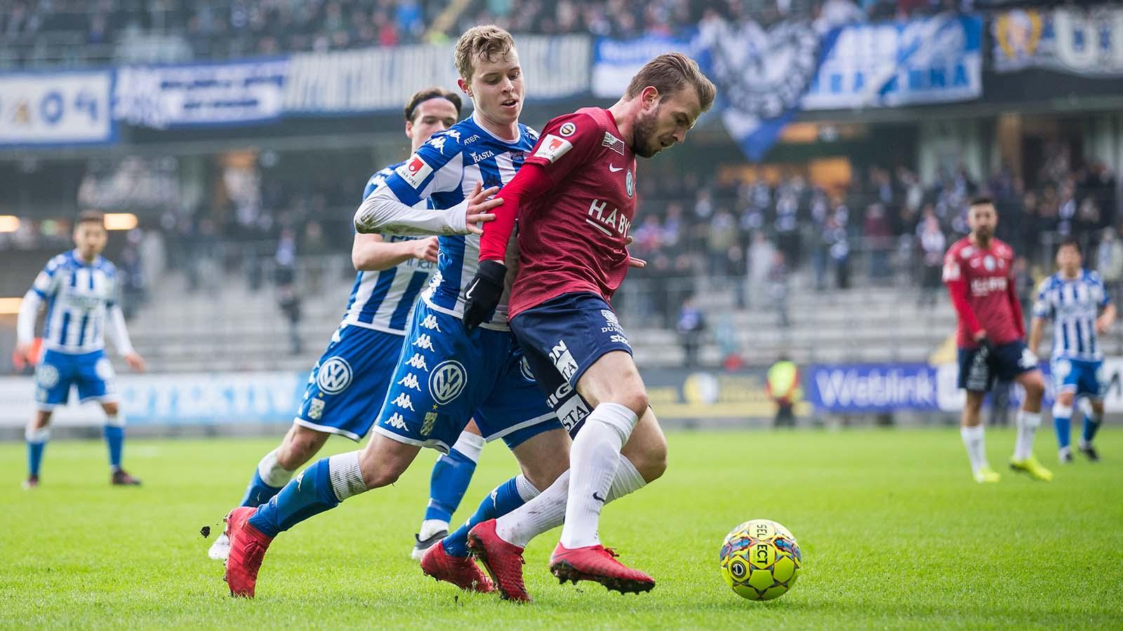 180324 IFK Göteborgs Victor Wernersson och Örgrytes Simon Nilsson under en träningsmatch i fotboll mellan IFK Göteborg och Örgryte den 24 mars 2018 i Göteborg. Foto: Michael Erichsen / BILDBYRÅN / Cop 89