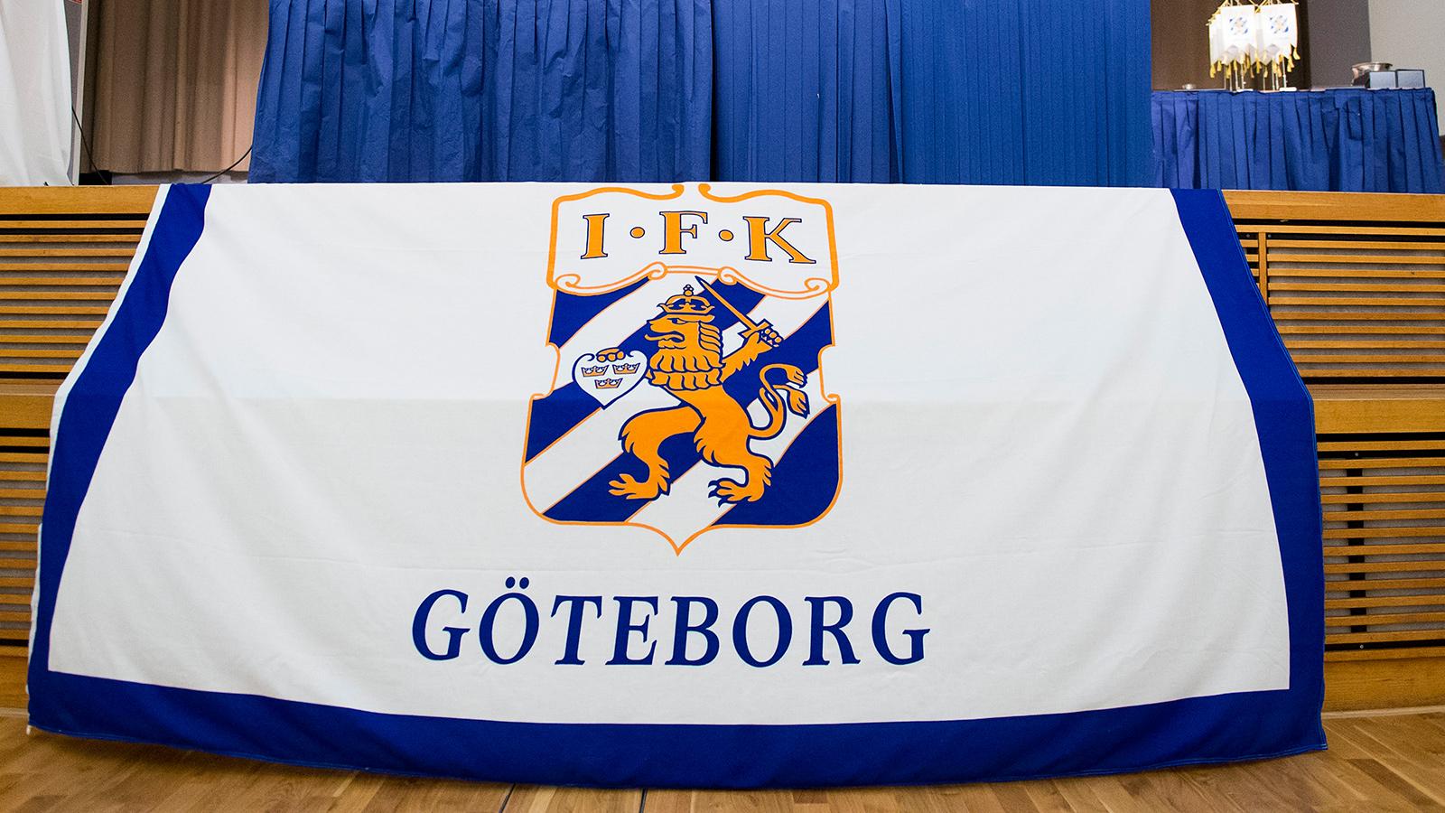 170306 Flagga under IFK Göteborgs årsmöte den 06 mars 2017 i Göteborg.