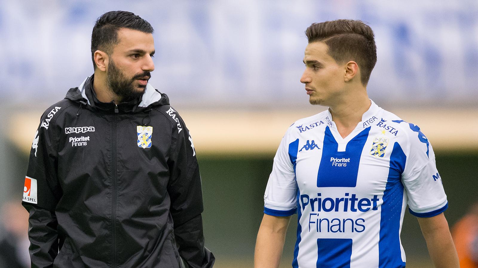 180127 IFK Göteborgs tränare Poya Asbaghi pratar med Amin Affane efter första halvleken under en träningsmatch i fotboll mellan IFK Göteborg och Stabaek den 27 januari 2018 i Göteborg.