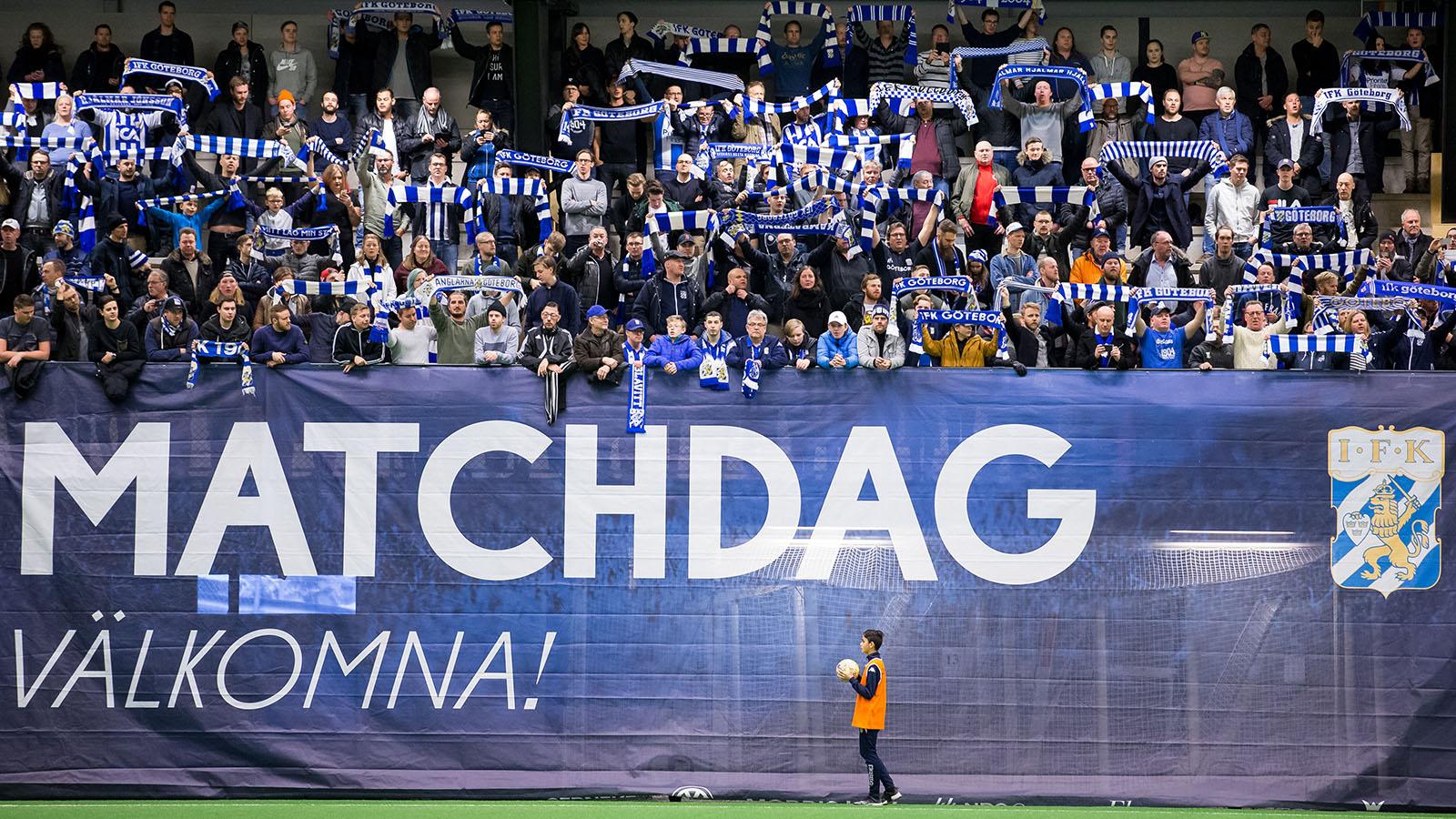 180120 IFK Göteborgs supportrar sjunger innan en träningsmatch i fotboll mellan IFK Göteborg och Ålborg den 20 januari 2018 i Göteborg. Foto: Michael Erichsen / BILDBYRÅN / Cop 89