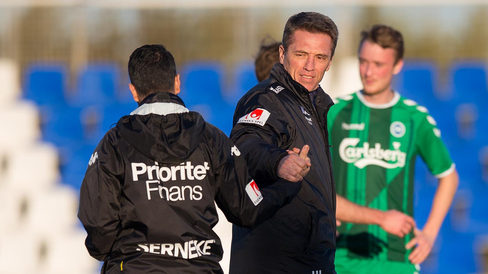 180203 IFK Göteborgs tränare Poya Asbaghi gratuleras av sportchef Mats Gren efter en träningsmatch i fotboll mellan IFK Göteborg och Odense den 3 februari 2018 i Pinatar Football Center.