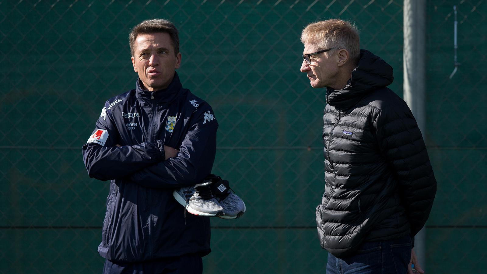 180206 IFK Göteborgs sportchef Mats Gren och chefsscout Olle Sultan under en träning med IFK Göteborg den 6 februari 2018 i Pinatar Football Center.