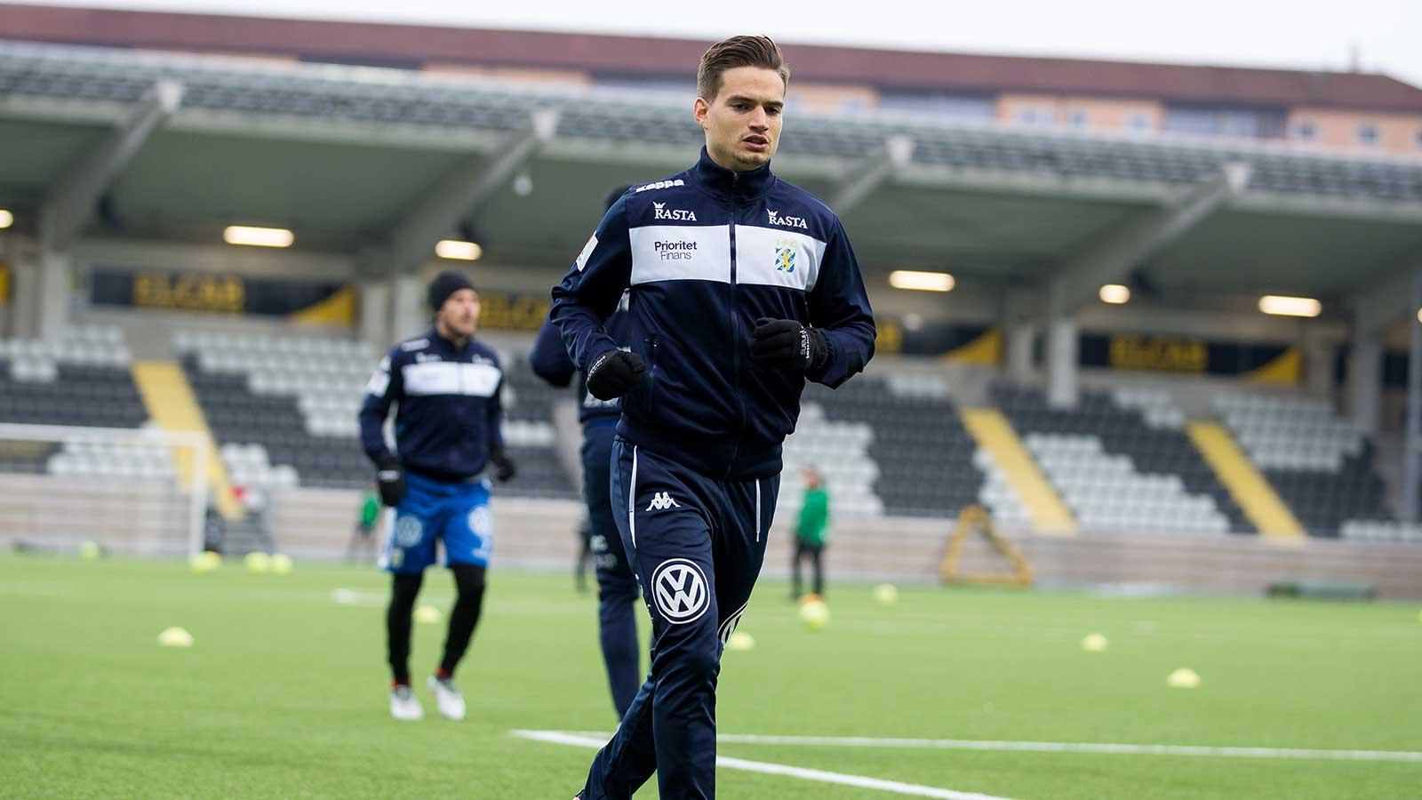 180217 IFK Göteborgs Amin Affane värmer upp innan en fotbollsmatch i Svenska Cupen mellan IFK Göteborg och Varberg den 17 februari 2018 i Göteborg.