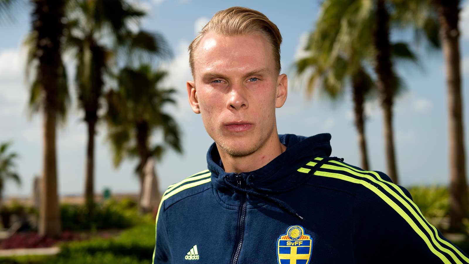 180108 Sveriges målvakt Pontus Dahlberg poserar för ett porträtt vid en presskonferens under det svenska fotbollslandslagets januariturné den 8 januari 2018 i Abu Dhabi.
