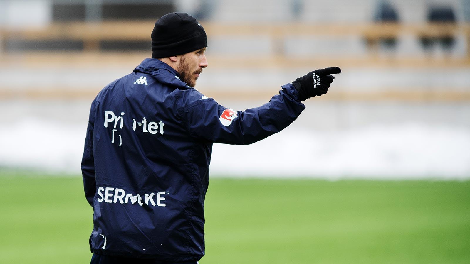 180309 Tobias Hysén pekar under en träning med det allsvenska fotbollslaget IFK Göteborg den 9 mars 2018 i Göteborg.