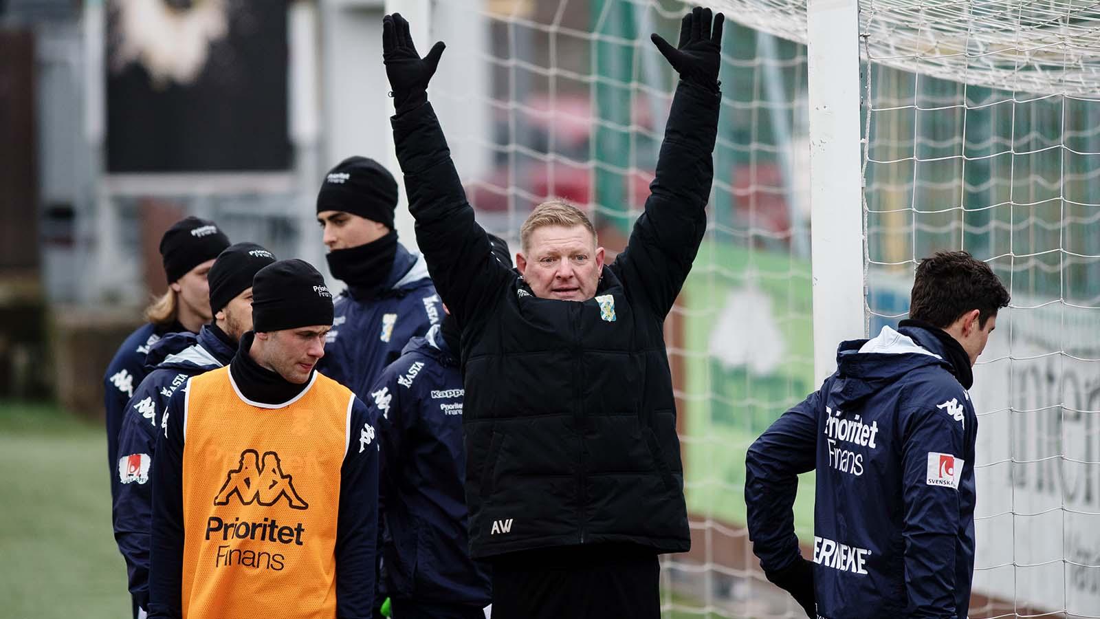 180323 Assisterande tränare Alf Westerberg instruerar spelarna under en träning med det allsvenska fotbollslaget IFK Göteborg den 23 mars 2018 i Göteborg.