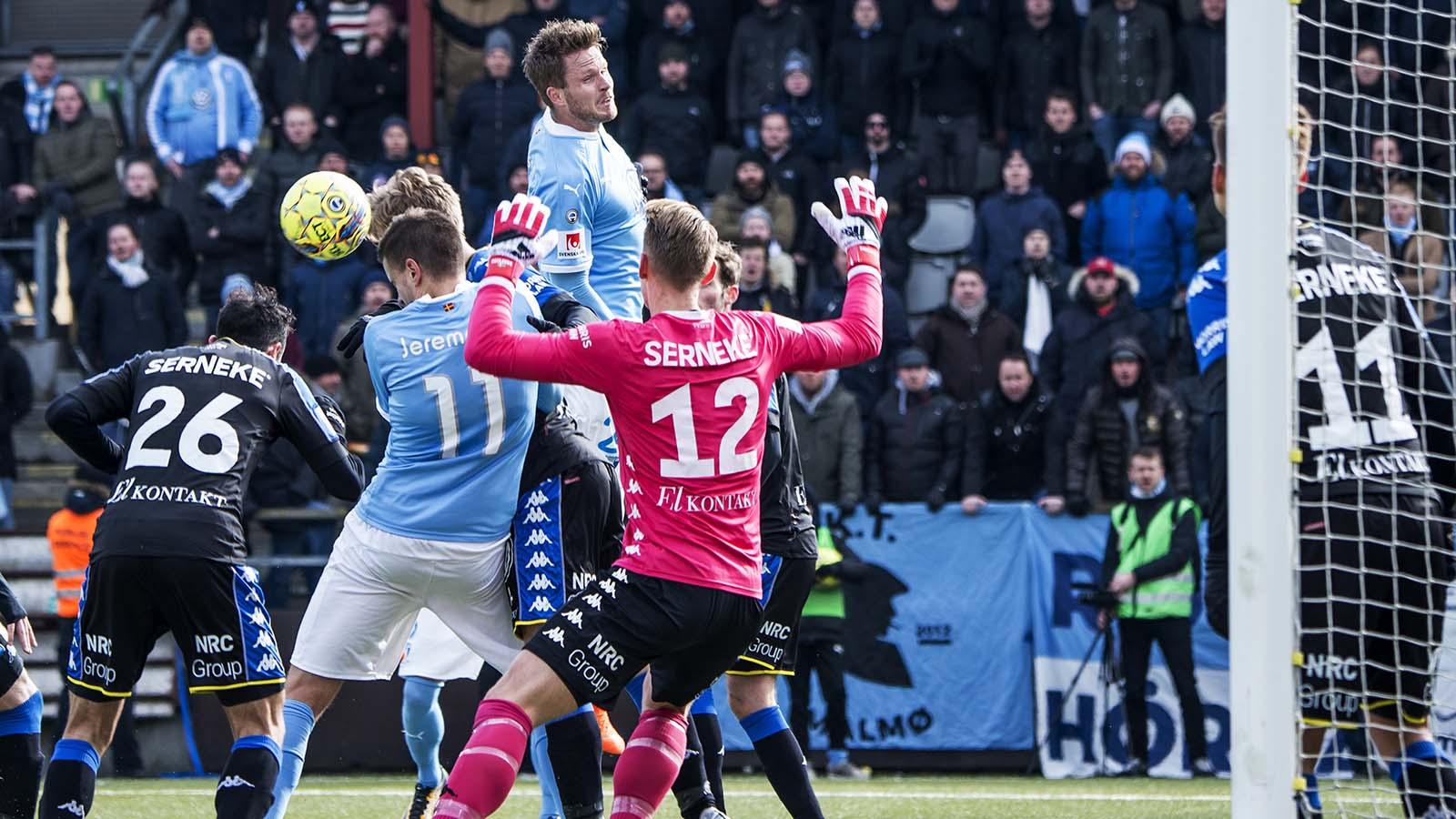 180310 Malmö FFs Lasse Nielsen nickar bollen framför IFK Göteborgs målvakt Pontus Dahlberg under fotbollsmatchen i Svenska Cupen mellan Malmö FF och IFK Göteborg den 10 mars 2018 i Malmö. Foto: Christian Örnberg / BILDBYRÅN / Cop 166