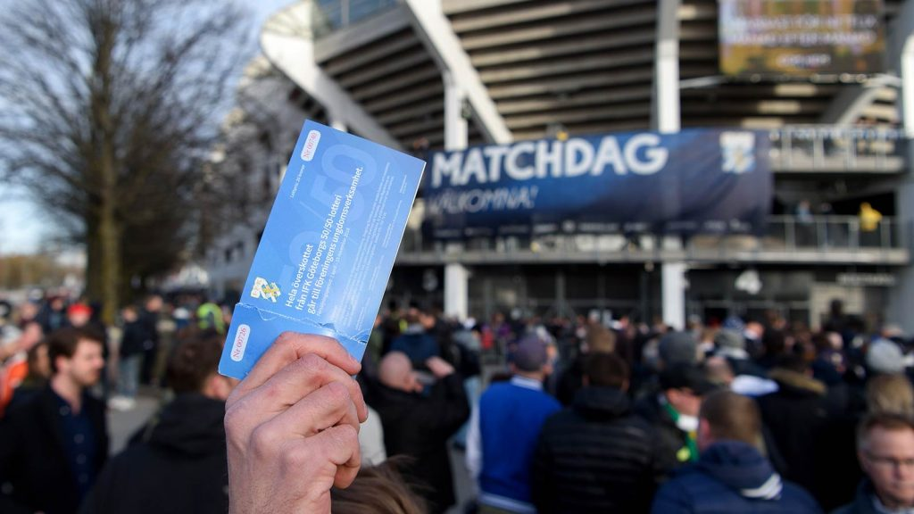 180410 Försäljning av 50/50-lotter utanför arenan innan fotbollsmatchen i Allsvenskan mellan IFK Göteborg och Hammarby den 10 april 2018 i Göteborg.