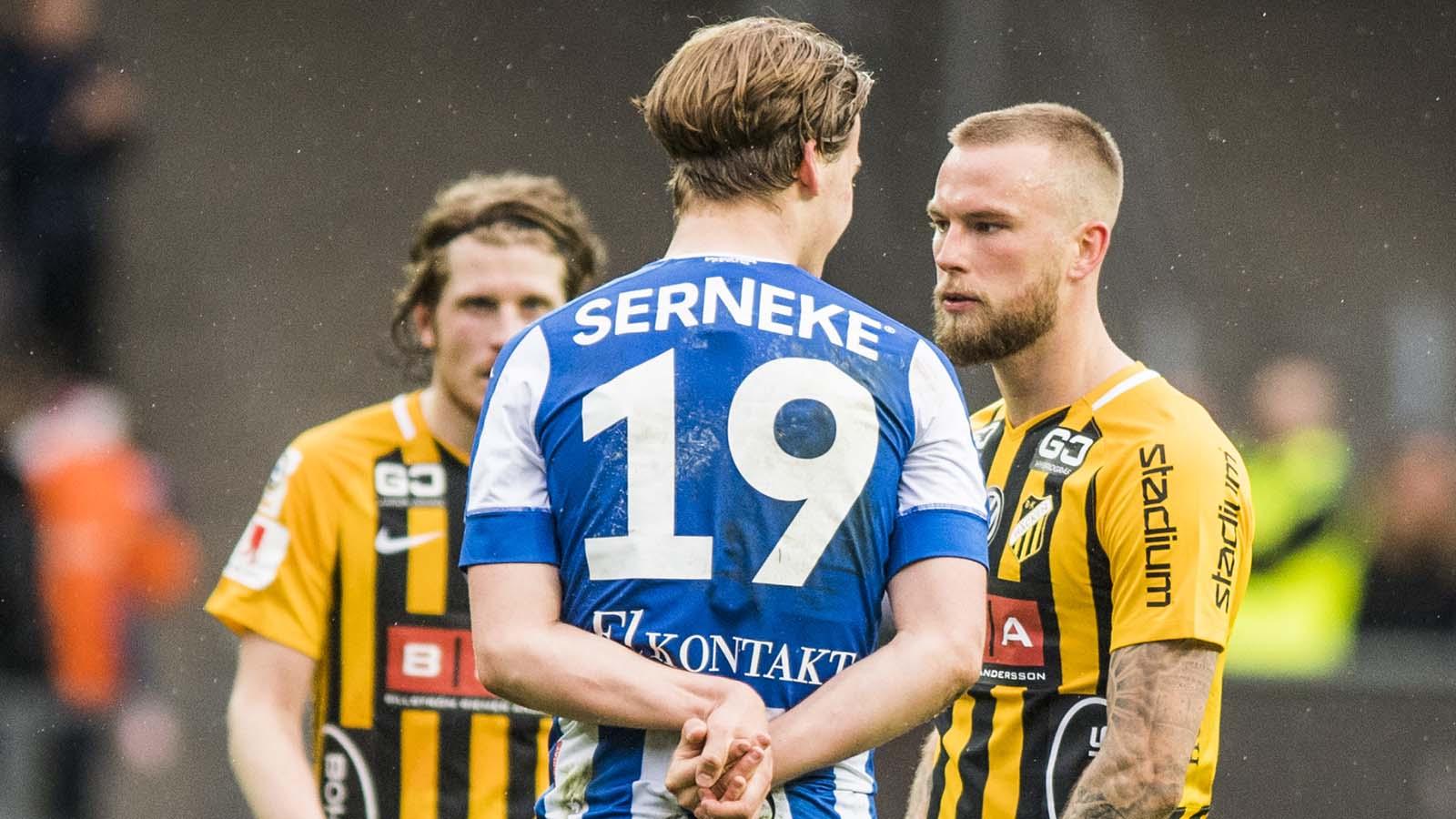 180428 IFK Göteborgs August Erlingmark och Häckens Alexander Faltsetas efter fotbollsmatchen i allsvenskan mellan IFK Göteborg och Häcken den 28 april 2018 i Göteborg. Foto: Mathias Bergeld / BILDBYRÅN / Cop 200