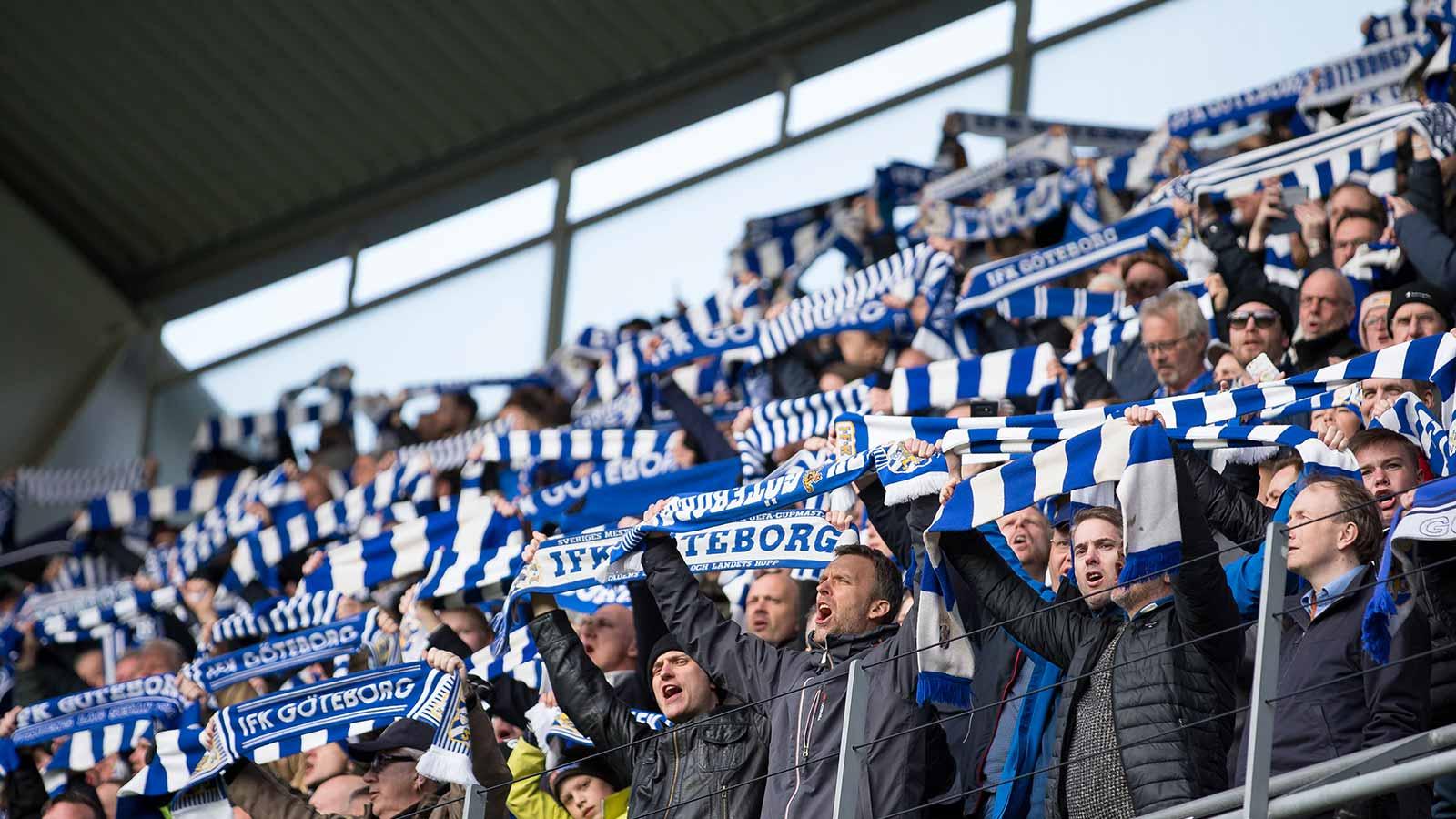180410 IFK Göteborgs supportrar under fotbollsmatchen i allsvenskan mellan IFK Göteborg och Hammarby den 10 april 2018 i Göteborg.