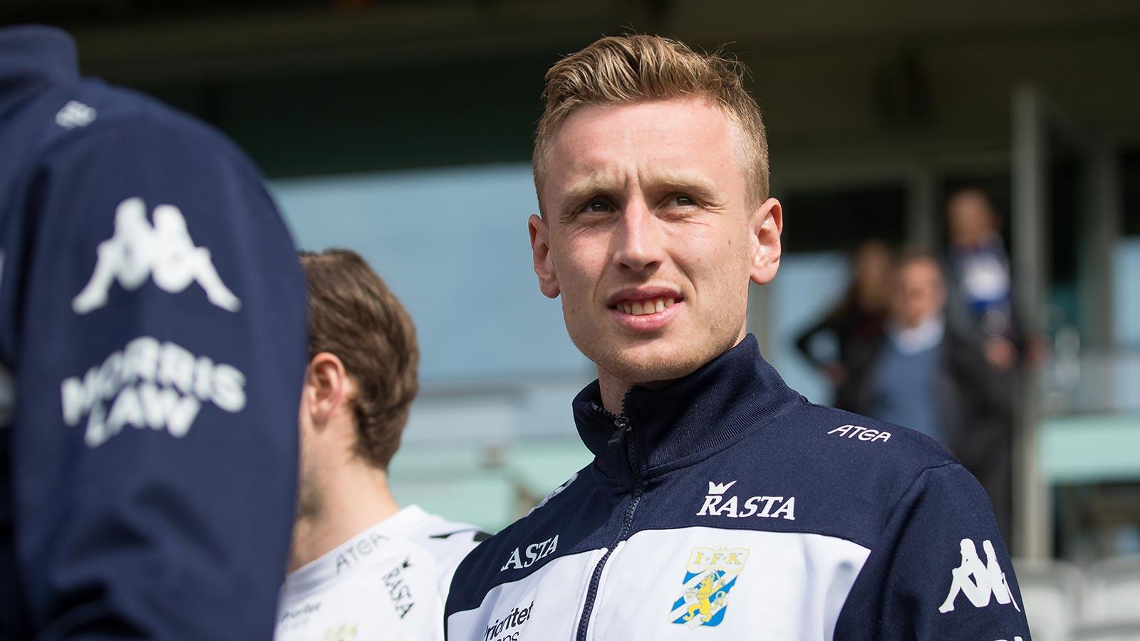 180428 IFK Göteborgs Sebastian Ohlsson på väg in för att värma upp innan fotbollsmatchen i allsvenskan mellan IFK Göteborg och Häcken den 28 april 2018 i Göteborg.