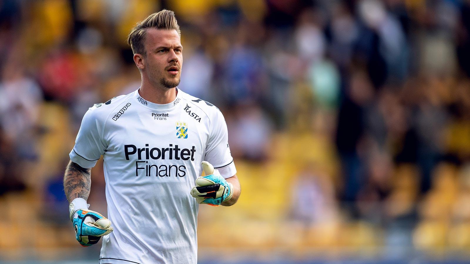180521 IFK Göteborgs målvakt Erik Dahlin värmer upp i halvtid under fotbollsmatchen i Allsvenskan mellan Elfsborg och IFK Göteborg den 21 maj 2018 i Borås.