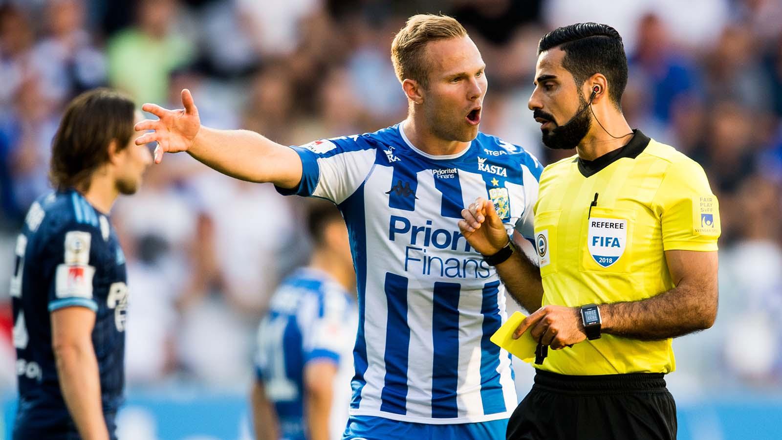 180524 IFK Göteborgs Gustav Engvall i diskussion med domaren under fotbollsmatchen i Allsvenskan mellan IFK Göteborg och Djurgården den 24 maj 2018 i Göteborg. Foto: Carl Sandin / BILDBYRÅN / kod CS / 57999_356