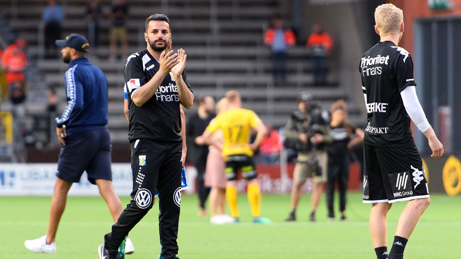 180521 IFK Göteborgs tränare Poya Asbaghi tackar publiken efter fotbollsmatchen i Allsvenskan mellan Elfsborg och IFK Göteborg den 21 maj 2018 i Borås.