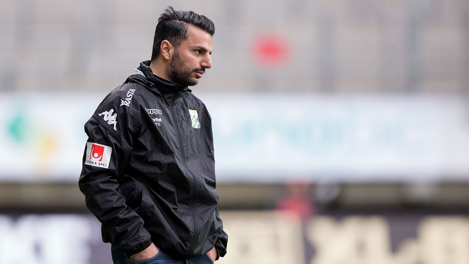 180428 IFK Göteborgs tränare Poya Asbaghi under fotbollsmatchen i allsvenskan mellan IFK Göteborg och Häcken den 28 april 2018 i Göteborg.