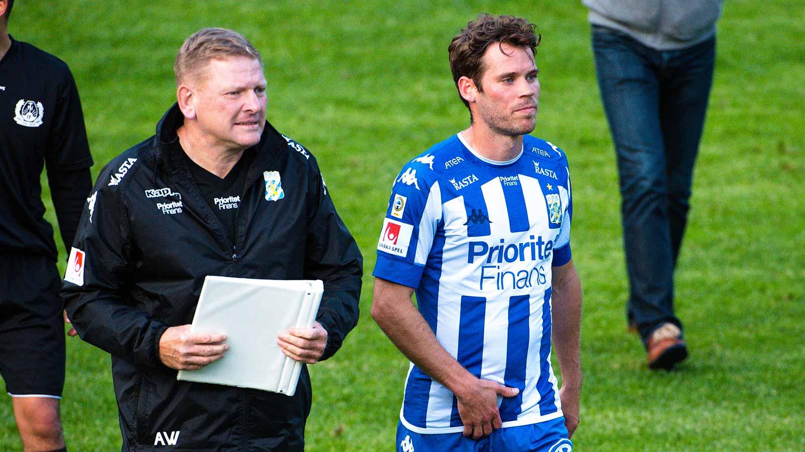 180611 IFK Göteborgs assisterande tränare Alf Westerberg och Emil Salomonsson efter en träningsmatch i fotboll mellan en dalakombination och IFK Göteborg den 11 juni 2018 i Nyhammar.