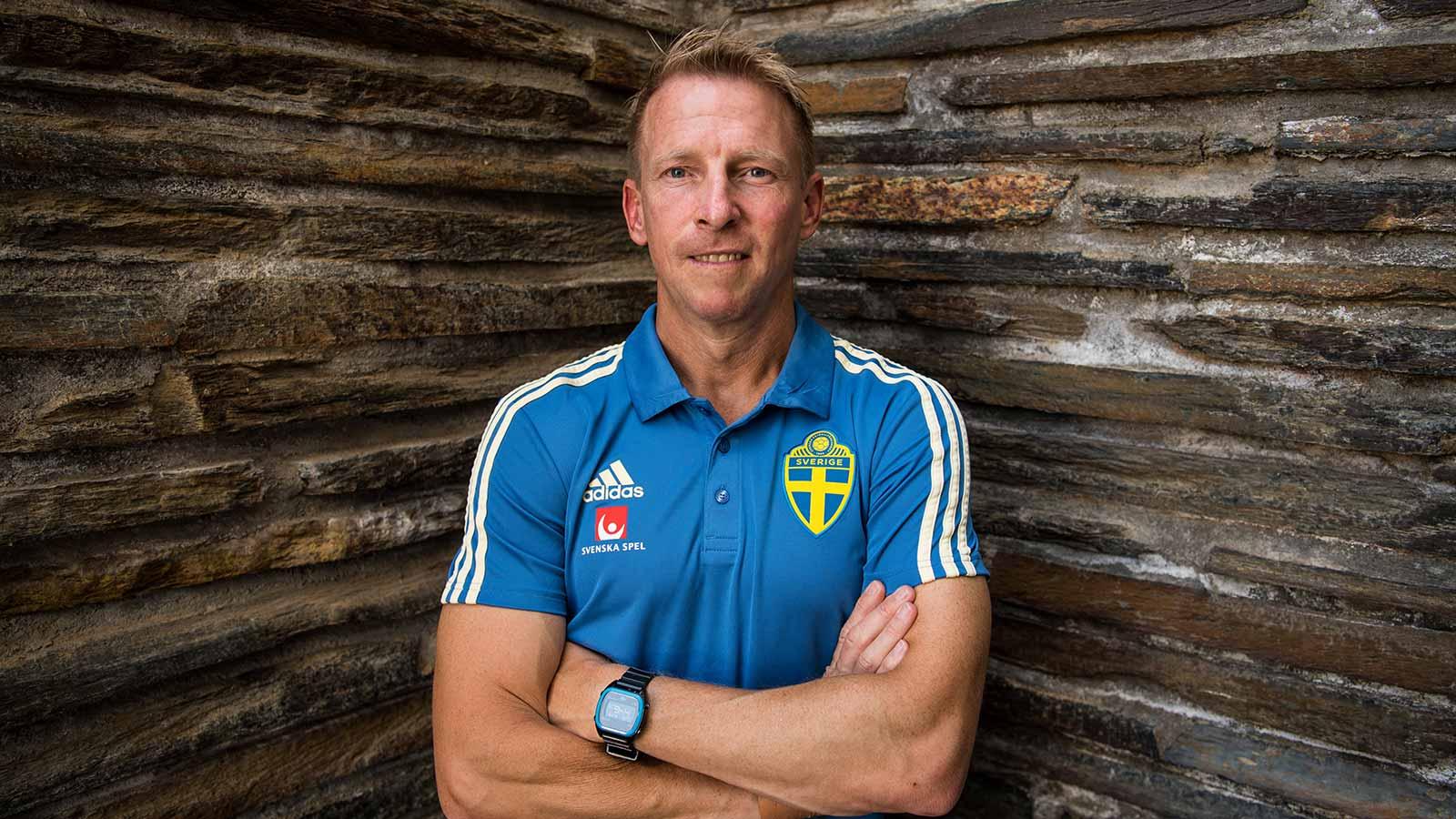 180529 Fredrik Larsson, sjukgymnast poserar för ett porträtt under en pressträff med ledarstaben i Sveriges fotbollslandslag den 29 maj 2018 i Båstad.