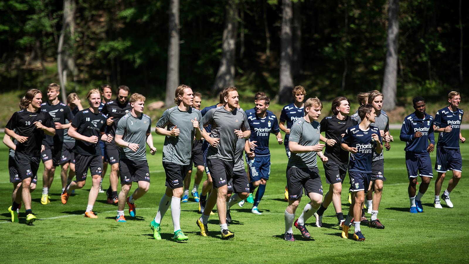 170614 Lagen värmer upp under en träning med IFK Göteborg och SHL-laget Frölunda den 14 juni 2017 i Göteborg.
