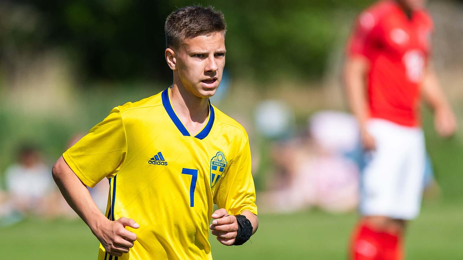 180522 Sveriges Lucas Kåhed under fotbollsmatchen i fyrnationersturneringen mellan Österrike och Sverige den 22 Maj 2018 i Henån.