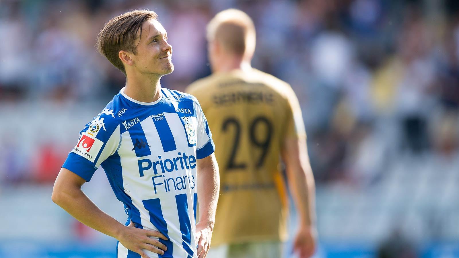 180728 IFK Göteborgs Patrik Karlsson Lagemyr tittar upp mot klacken efter fotbollsmatchen i allsvenskan mellan IFK Göteborg och Brommapojkarna den 28 juli 2018 i Göteborg.