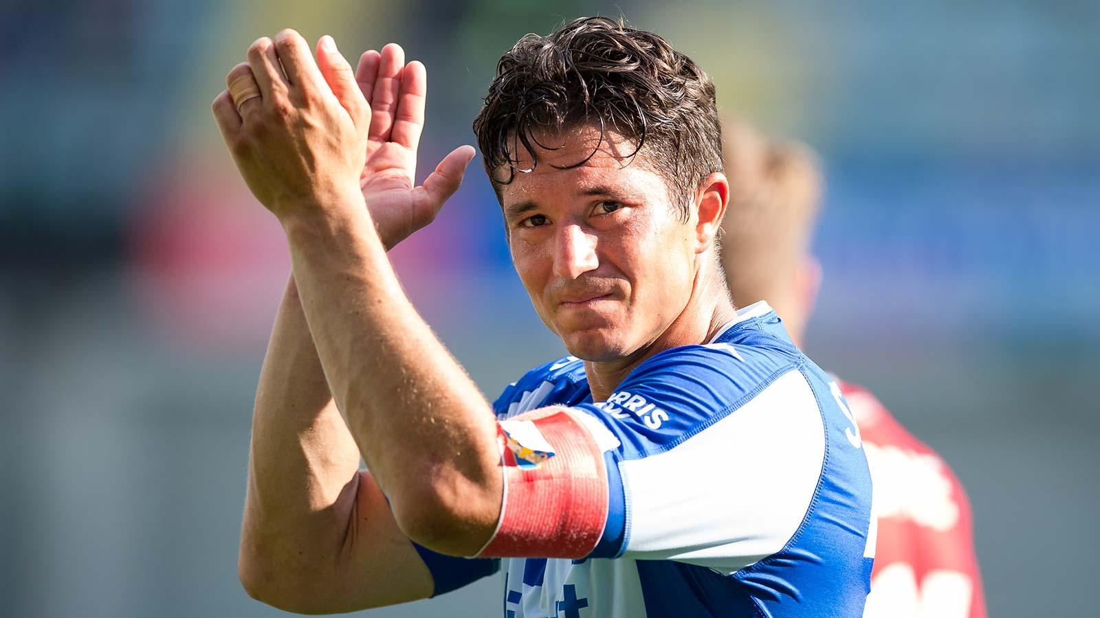 180728 IFK Göteborgs lagkapten David Boo Wiklander tackar publiken efter fotbollsmatchen i allsvenskan mellan IFK Göteborg och Brommapojkarna den 28 juli 2018 i Göteborg.