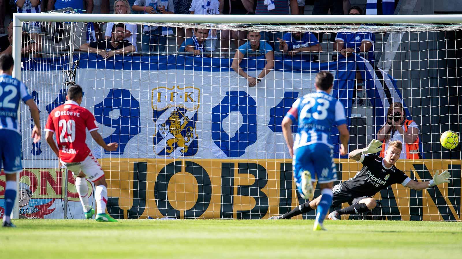 180804 Kalmars Romário Pereira Sipião gör 1-0 på straff under fotbollsmatchen i Allsvenskan mellan Kalmar och IFK Göteborg den 4 augusti 2018 i Kalmar.