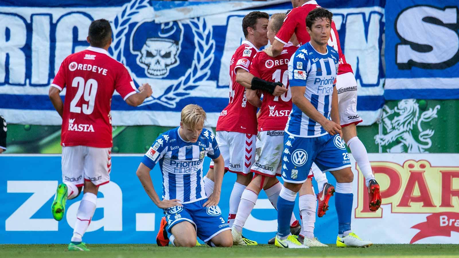 180804 Kalmars Erton Fejzullahu jublar med lagkamrater efter 2-1 och IFK Göteborg deppar under fotbollsmatchen i Allsvenskan mellan Kalmar och IFK Göteborg den 4 augusti 2018 i Kalmar.