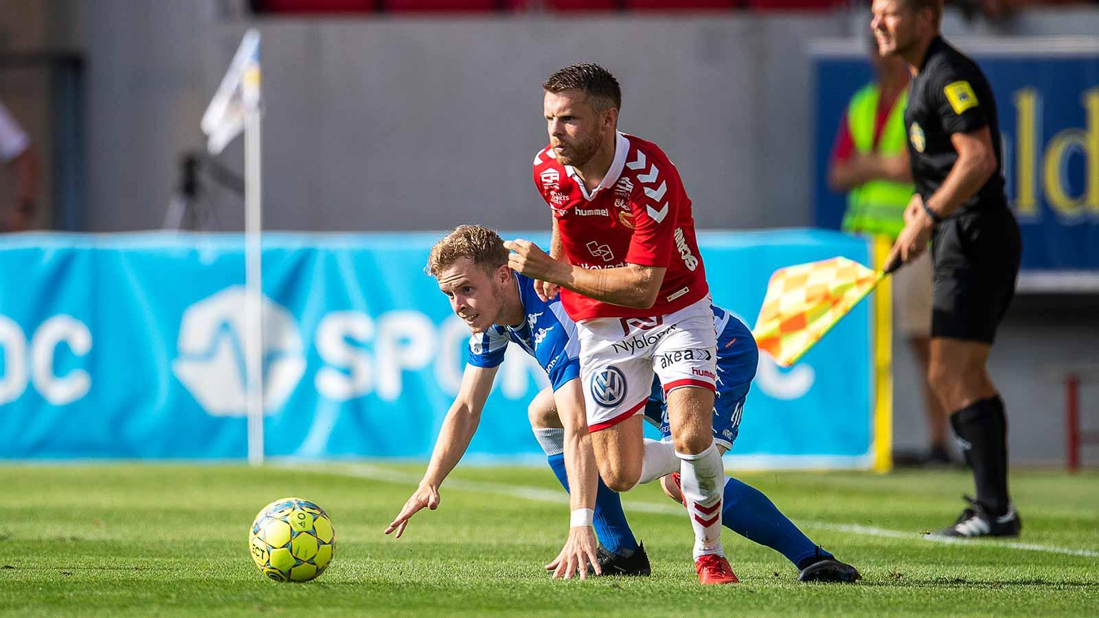 180804 Kalmars Måns Söderqvist och IFK Göteborgs Victor Wernersson under fotbollsmatchen i Allsvenskan mellan Kalmar och IFK Göteborg den 4 augusti 2018 i Kalmar.