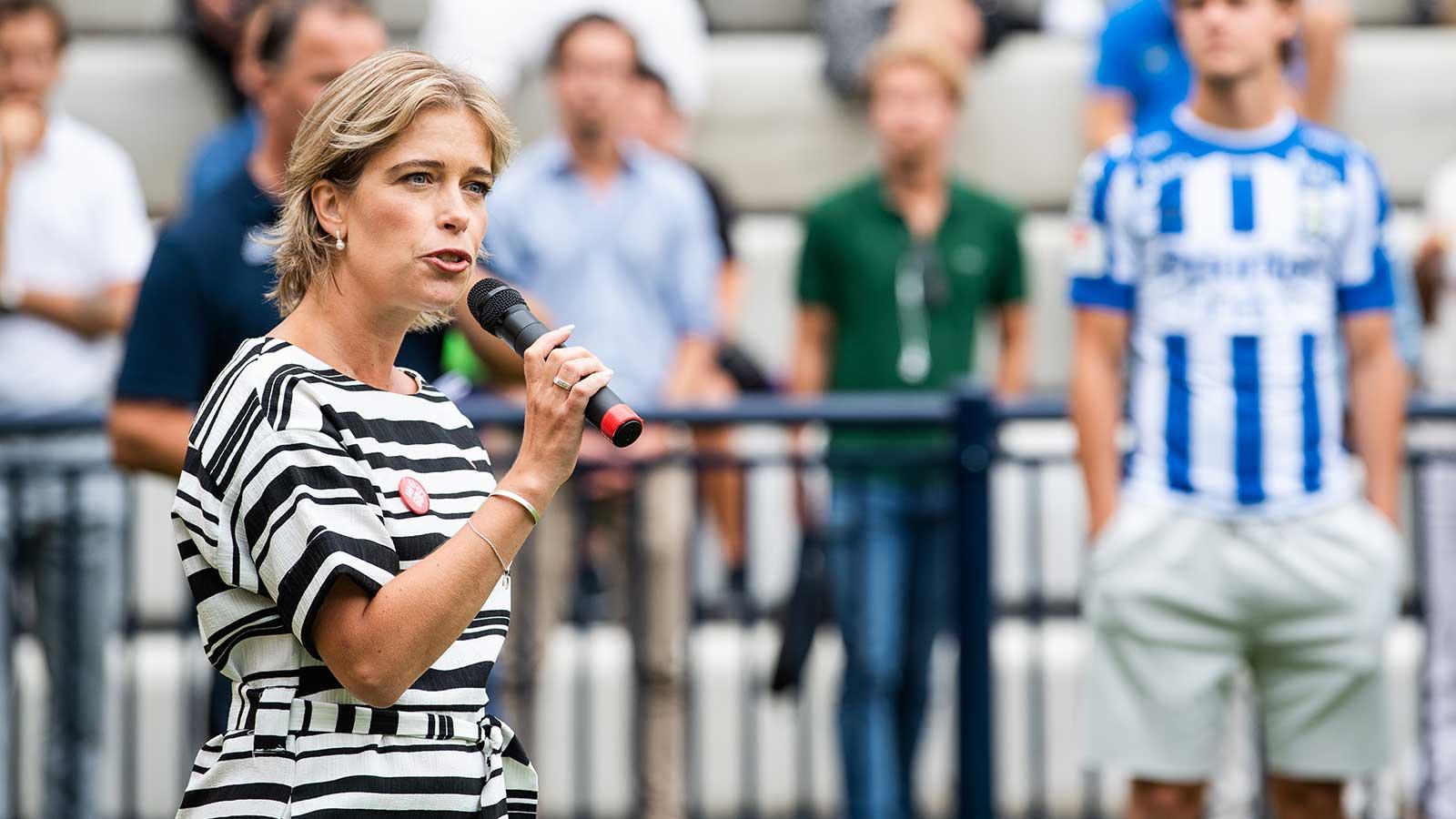 """180808 Social- och idrottsminister Annika Strandhäll talar under invigningen av den första fotbollsplanen i """"Planer för Framtiden"""" den 8 augusti 2018 i Göteborg."""