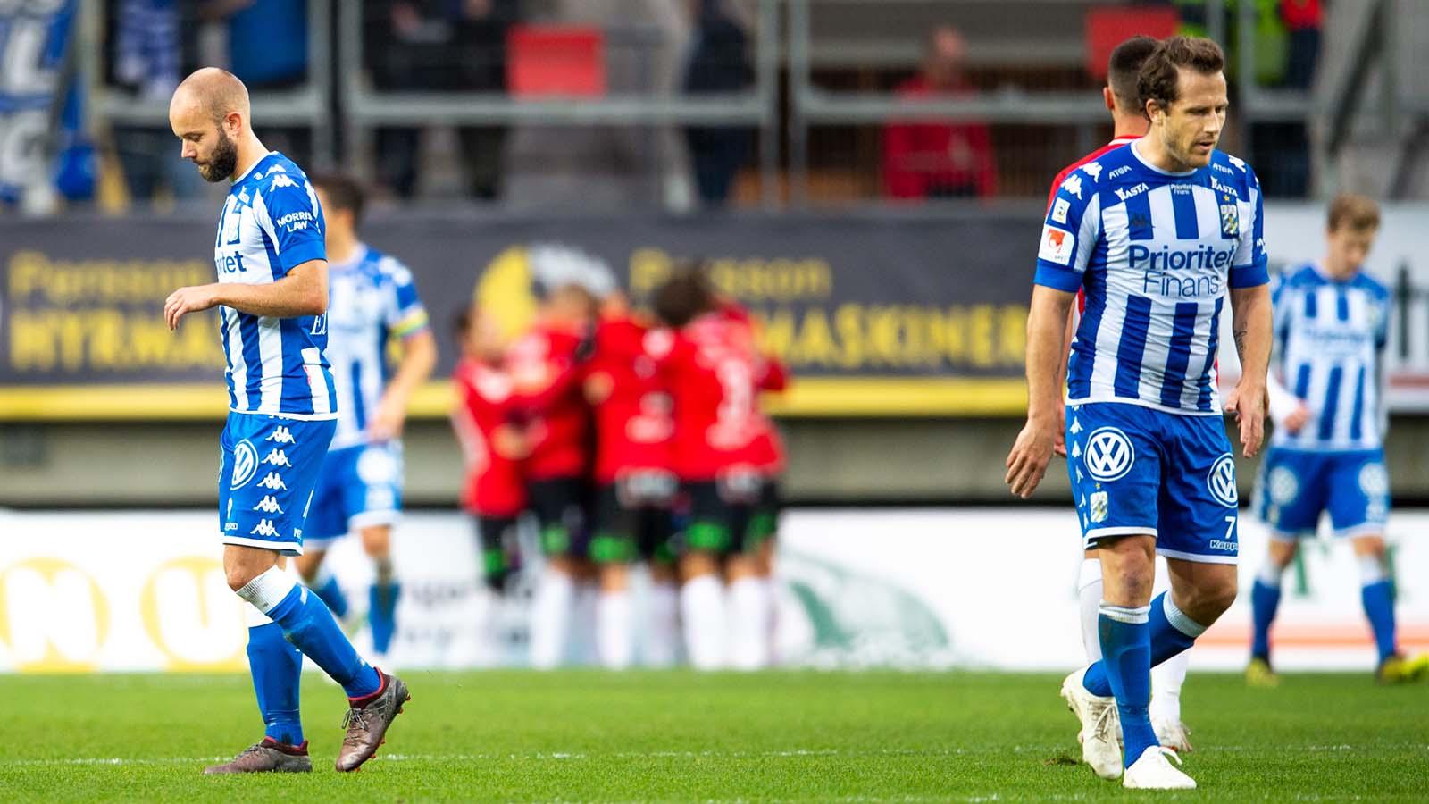 181006 IFK Göteborgs Robin Söder och Tobias Hysén deppar efter Trelleborgs 1-2 mål under fotbollsmatchen i Allsvenskan mellan IFK Göteborg och Trelleborg den 6 oktober 2018 i Göteborg. Foto: Daniel Stiller / Bildbyrån / kod DS / 59265