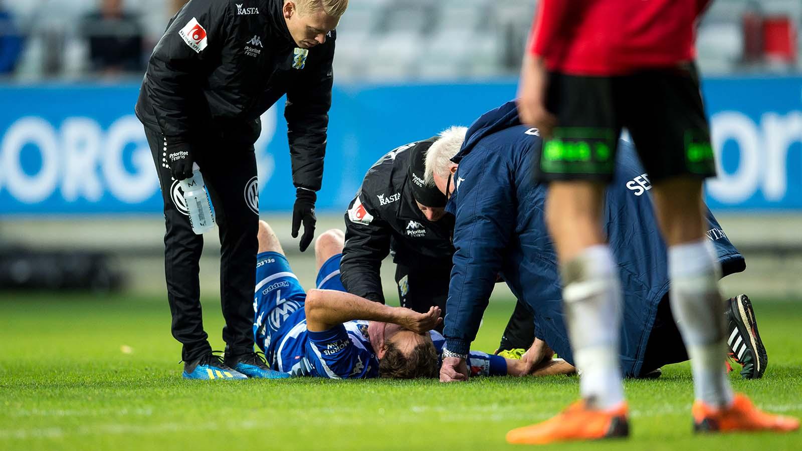 181006 IFK Göteborgs Tobias Hysén ligger skadad under fotbollsmatchen i Allsvenskan mellan IFK Göteborg och Trelleborg den 6 oktober 2018 i Göteborg. Foto: Daniel Stiller / Bildbyrån / kod DS / 59265