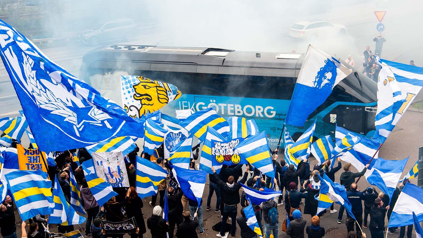 181006 Göteborgs supportrar vid spelarbussen inför fotbollsmatchen i Allsvenskan mellan IFK Göteborg och Trelleborg den 6 oktober 2018 i Göteborg. Foto: Daniel Stiller / Bildbyrån / kod DS / 59265