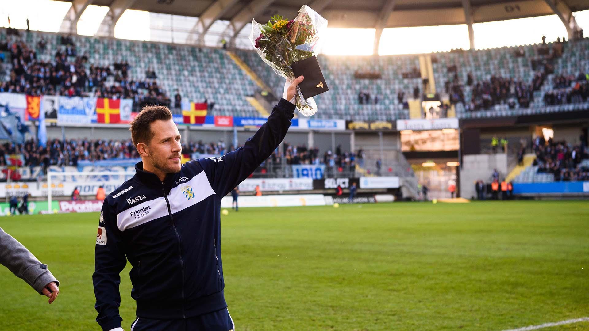 181104 IFK Göteborgs Tobias Hysén tackas av inför fotbollsmatchen i Allsvenskan mellan IFK Göteborg och Malmö FF den 4 november 2018 i Göteborg. Foto: Carl Sandin / BILDBYRÅN / kod CS / 57999_407