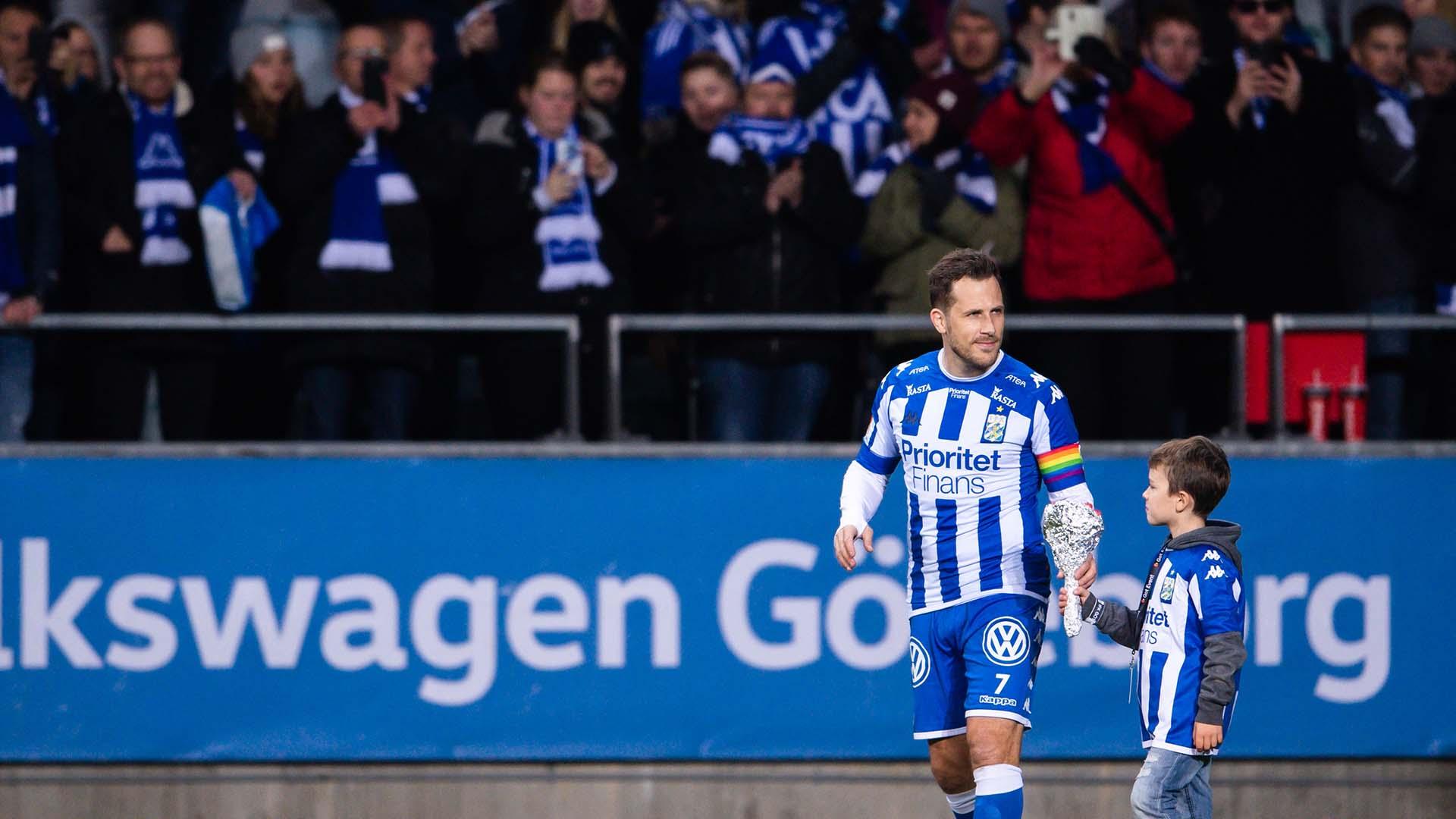181104 IFK Göteborgs Tobias Hysén tackar publiken efter fotbollsmatchen i Allsvenskan mellan IFK Göteborg och Malmö FF den 4 november 2018 i Göteborg. Foto: Carl Sandin / BILDBYRÅN / kod CS / 57999_407
